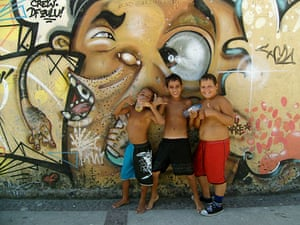 Te Vejo Maré: Young children pose in front of one of the fine graffiti peices in Maré