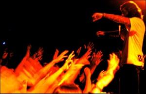 "Te Vejo Maré: A show by the popular rock band ""Detonautas Roque Clube"""