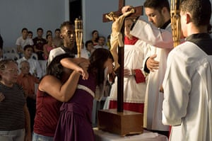 Te Vejo Maré: A young girl is helped to the altar at a Corpus Christi mass