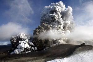 Volcano in Iceland: The volcano in southern Iceland's Eyjafjallajokull glacier