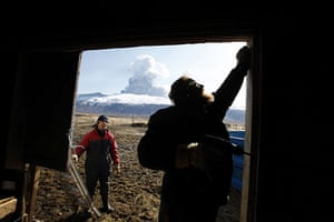 Volcano in Iceland: Sheep farmer Thorkell Eiriksson works to seal a sheep barn
