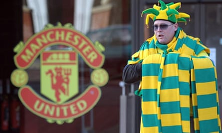 Manchester United protest scarves