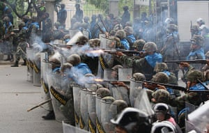 Thailand protests: Thai troops block opposition convoy in Bangkok