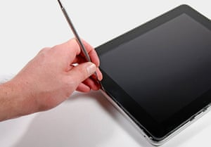 iPad disassembled: prying the iPad screen off