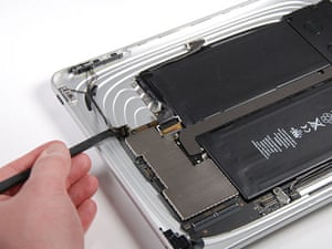 iPad disassembled: Disconnecting the volume