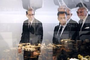 Metz Pompidou: Nicolas Sarkozy looks at a building model