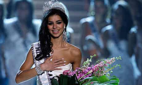 Rima Fakih being crowned Miss USA