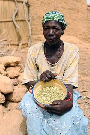Niger Children: Homa with 'hanza' berries that are eaten when no other food is available