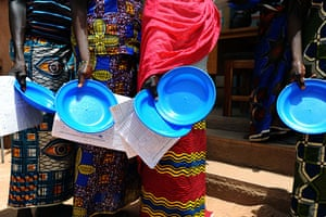 Niger Children: Mothers queue for their lunch while their babies are treated