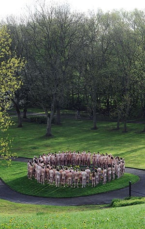 Spencer Tunick: Models stand in circle
