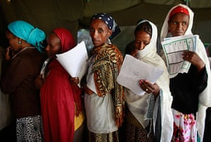 Ethiopia elections: Ethiopian women wait to cast their vote in Nazret