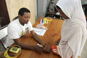 Ethiopia elections: A voter is marked on her thumb by an electoral staff in Addis Ababa