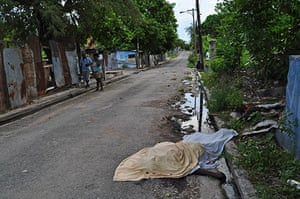 jamaica violence: A body lies in the Trench Town neighborhood of Kingston, Jamaica