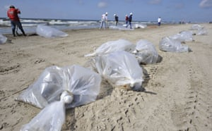 Update oil spill: Deepwater Horizon oil spill: Workers line up bags containing oil