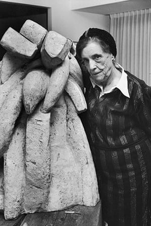 Bourgeois: Louise Bourgeois with her sculpture Baroque (1970)