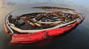 BP oil spill: Deepwater Horizon oil spill : Booms surround Queen Bess Island