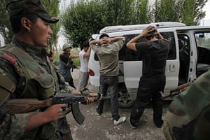 Uzbek refugees: Soldiers and volunteers check passing cars