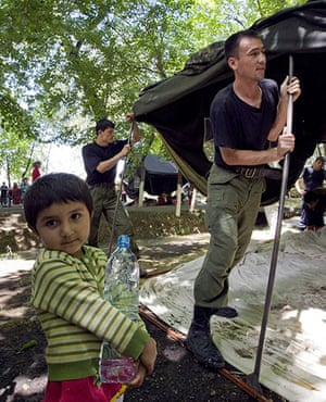 Uzbek refugees: Emergencies Ministry workers set up a tent at a refugee camp