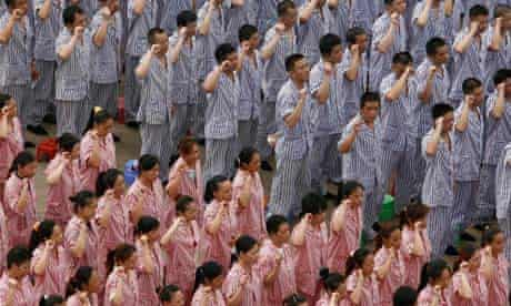 Inmates take an oath to resist drugs in Wuhan