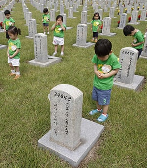 Korean War anniversary: Kindergarten children pay tribute to soldiers who died in the Korean War