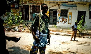 Government soldiers man the front lines in Mogadishu on 16 April 2010.