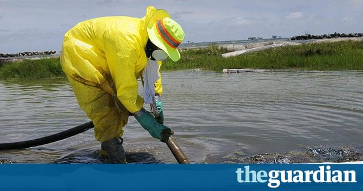 Lexplosion de Deepwater Horizon désigne une explosion et un incendie considérable déclarés le 20 avril 2010 sur la plateforme pétrolière Deepwater Horizon