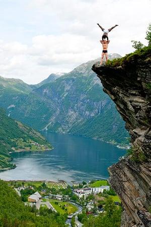 Norway balancing artist: Balancing Artist Eskil Ronningsbakken  in Geiranger, Norway