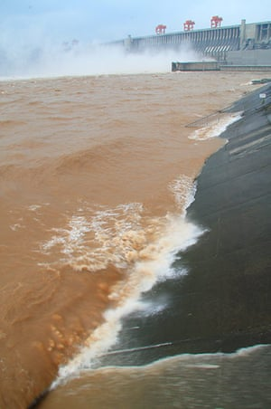 Three gorges dam: Three Gorges Dam tries to control the water level, China