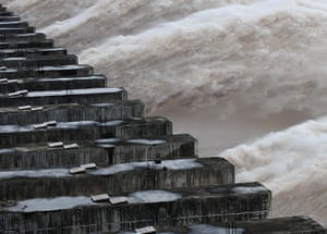Three gorges dam: Three Gorges Dam tries to control the water level in the resevoir