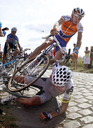 TDF Crashes: Riders fall on the cobblestones during the third stage