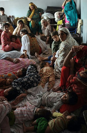 Pakistan floods: Flood-affected residents take shelter in a school