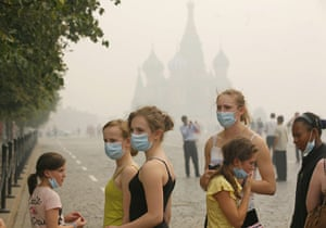 Moscow smog: Young American tourists brave the thick blanket of smog in Red Square