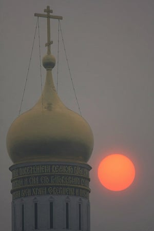 Moscow smog: The early morning sun shines through the heavy smog from forest fires