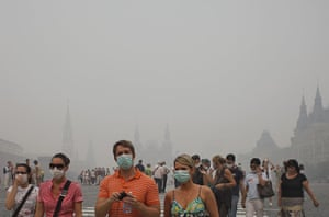 Moscow smog: Tourists with face masks walk in Red Square in a thick blanket of smog