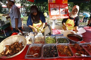 Ramadan: Muslim vendors prepare food for customers at a Ramadan bazaar