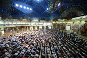 Ramadan Update: Indonesian Muslims attend Friday prayers