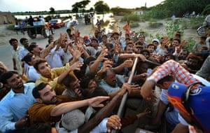 Pakistan Flood Disaster: Pakistani flood survivors struggle for food aid