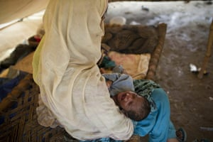 Pakistan Flood Disaster: A Pakistani mother tries to calm her cry