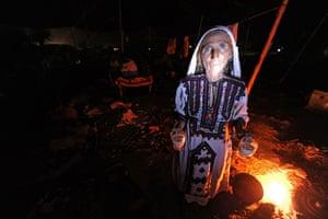 Pakistan Flood Disaster: Pakistani flood-affected woman, carries cups of tea before Ramadan fast