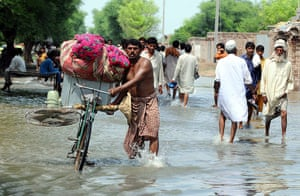 Pakistan Flood Disaster: Pakistan victims flee the flooded areas in Punjab province