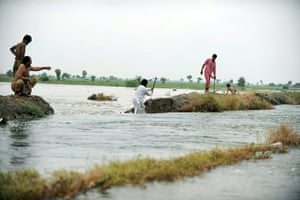 Pakistan flood survivors: Local residents attempt to divert flood waters to secure Jacobabad