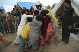 Pakistan flood survivors: Pakistanis flood survivors struggle for relief items