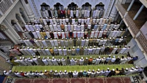 Ramadan: Indian Muslims gather during Friday Prayers at a mosque in Allahabad, India