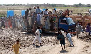 Pakistani flood victims queue for aid