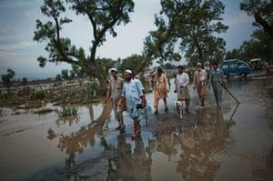 pakistan flooding: death toll reaches 800 in pakistan's worst flood in 80 years