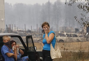Forest fires in Russia: Local residents stand near their burnt out houses in Mokhovoye