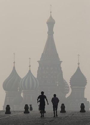 Forest fires in Russia: People walk along Moscow's Red Square in heavy smog