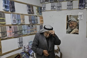 Kaffiyeh factory Hebron: The keffiyeh, the chequered head scarf worn by politicians and militants