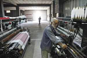 Kaffiyeh factory Hebron: A kaffiyeh is woven on a loom in Hebron