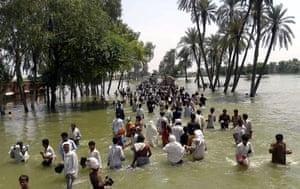 Pakistan Flood Update: Pakistan flash flood victims flee waters in Punjab